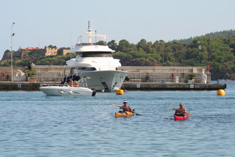 Elba, Porto Azzuro https://www.horydoly.cz/vodaci/elba-plujeme-na-morskem-kajaku-okolo-ostrova.html